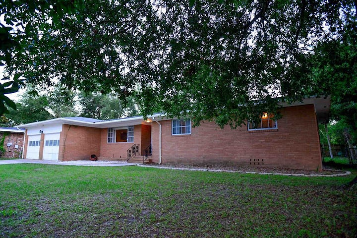 Lots of room 4 family! Close to JU & Pet friendly!