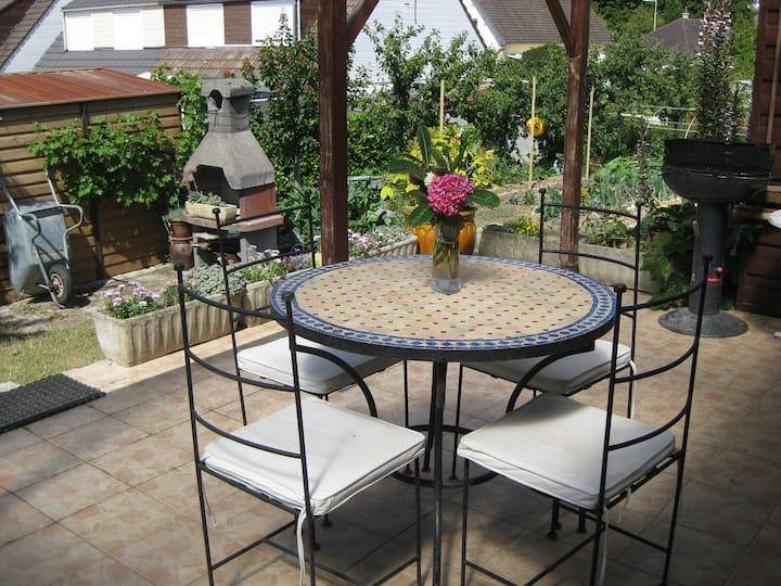 Pavillon en ville, terrasse, grand jardin potager