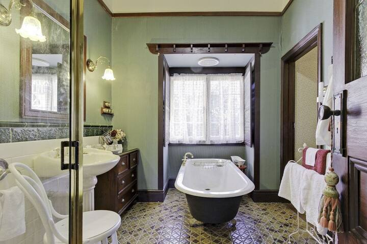 Dalfruin ensuite spacious with claw bath, shower,vanity
