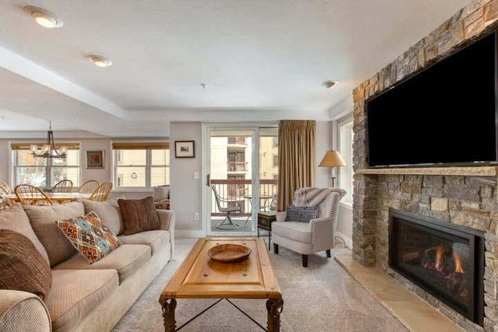 Perfect remodeled condo with slope views, shared pool/hot tub, & fireplace!