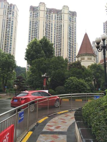 《全新房》恒大帝景整套公寓 居家设施齐全,紧邻万达游客中心宜昌东站 交通便利 干净卫生小区50%绿化