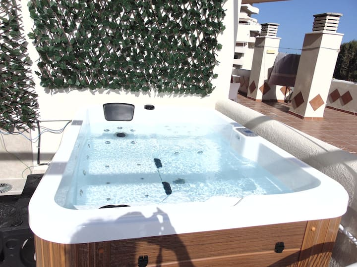 Renovated 2019. Luxury Frontbeach 5ppl w. Jacuzzi