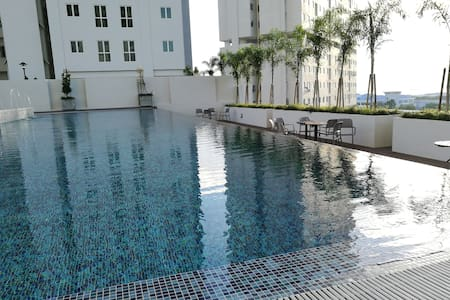 New Deluxe 2br Poolview Suite in town - Jelutong