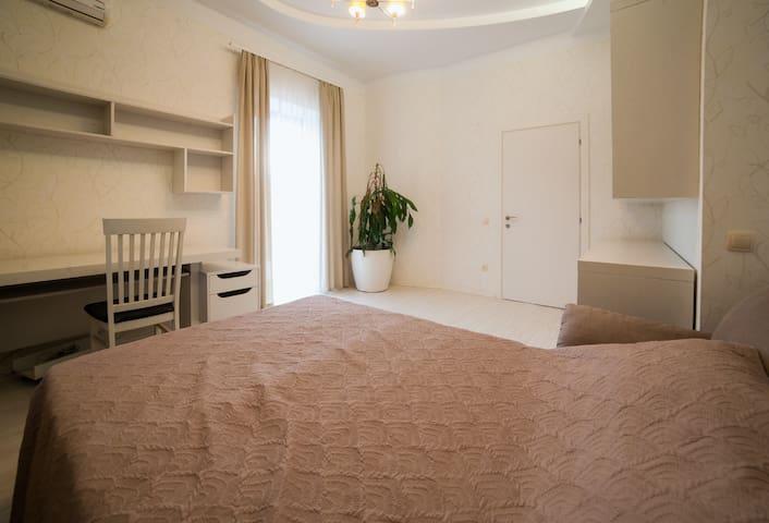 Спальня №2 с балконом , раскладным диван-кроватью с цельным ортопедическим матрасом