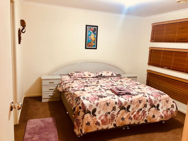 Cozy,Colourful Master room with King bed & Ensuite