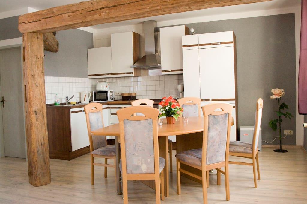 Küchenbereich mit Esstisch