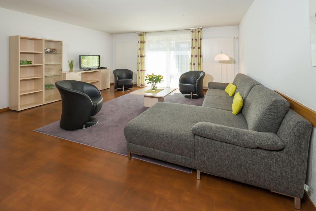 Grosses, gemütlich eingerichtetes Wohnzimmer