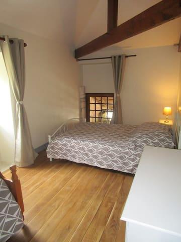 Chambre 3 : composée d'un lit pour 2 personnes et d'un lit 1 personne