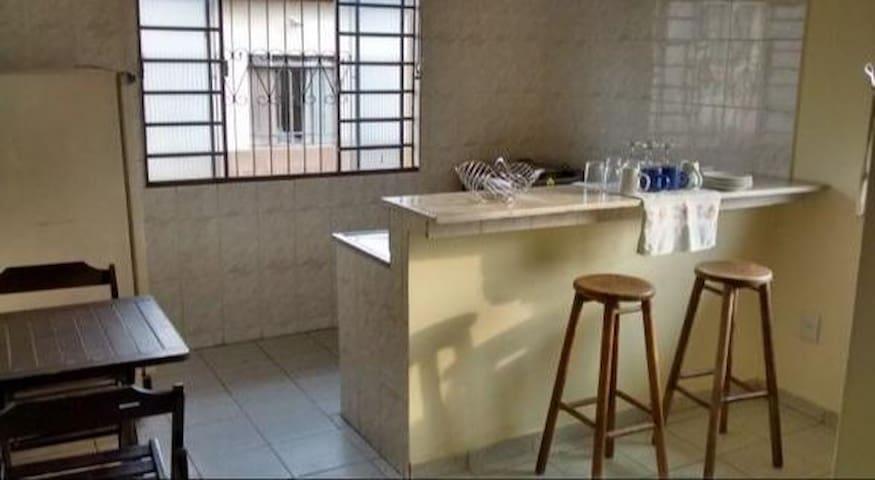 KITNET CENTRAL, 2 PEÇAS  E BANHEIRO, COM GARAGEM
