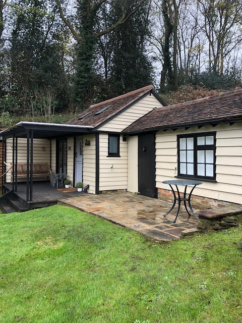 Muntjac Lodge, a cabin in heart of Chorleywood