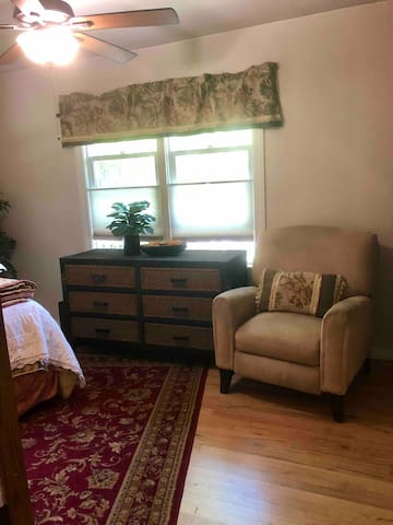 ✨Queen Bed, Cozy Recliner, Rollaway Bed, Washer & Dryer, Air Mattress, Iron and Ironing Board, Baby Swing & Sing, Packed Ice Chest & Beach Towels, Extra Toiletries and Bedding.