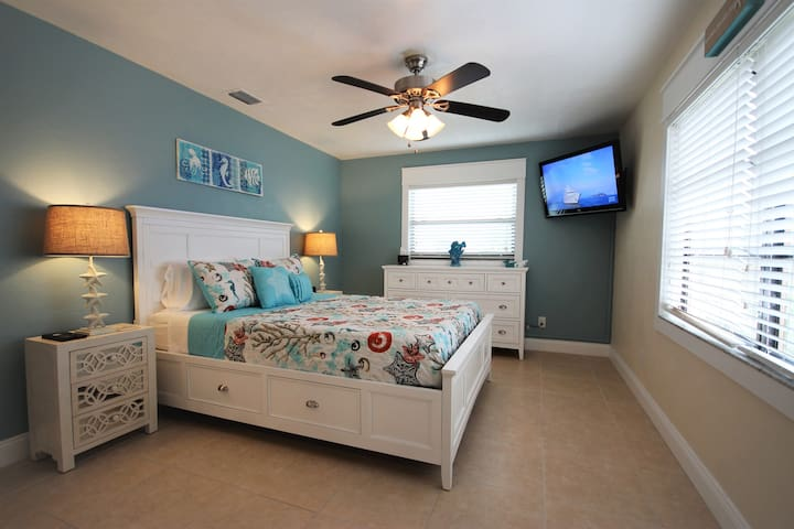 """Full size guest bedroom with lots of light and tile flooring.  New queen size memory foam mattress and new nightstands and lamps.   All new sheets, pillows and comforter too.   40"""" tv with access to Netflix, etc."""