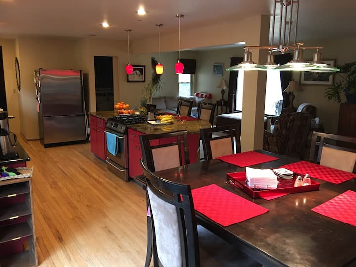 YOUnique 3+ bedroom, spa/hot tub, huge deck