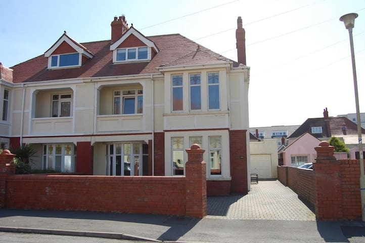WESTOVER GUEST HOUSE.   PORTHCAWL.