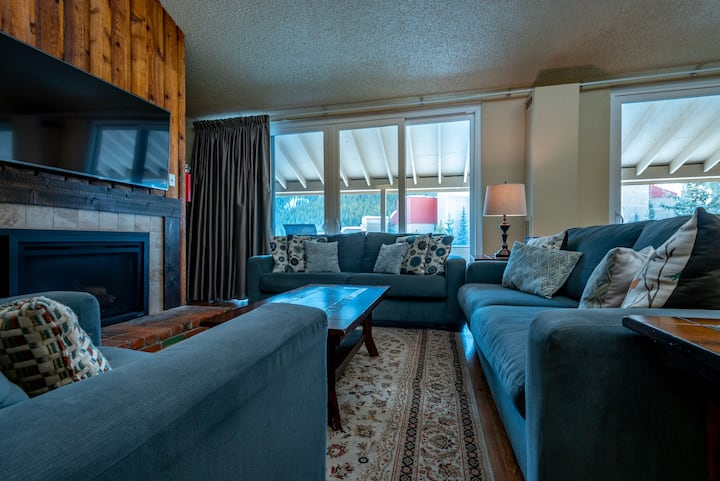 Large Two bedroom loft, Sleeps 10, Great Views of Copper, Free Wifi, Heated P