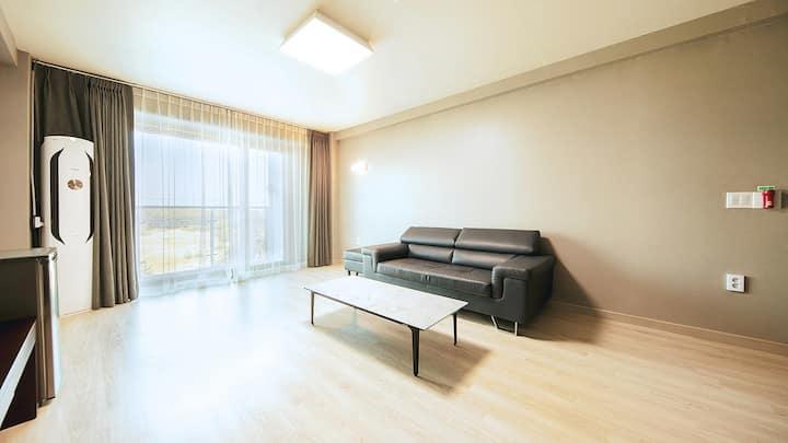 거실과 객실이 분리되어 가족이 머무르기 좋은 208호(FAMILY ROOM)