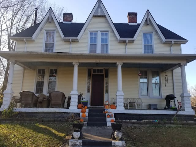 South Louisville Farm House. 4000 sq ft 4 bedrooms