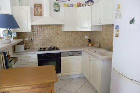 Chambre calme et propre; possibilité 2ème chambre - Montblanc - Casa