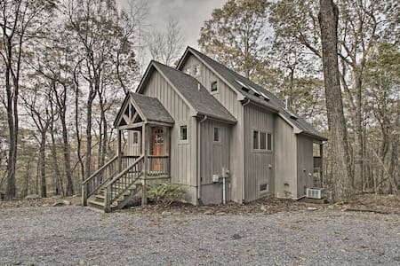 Wintergreen Cabin w/Private Hot Tub, Deck & Views!