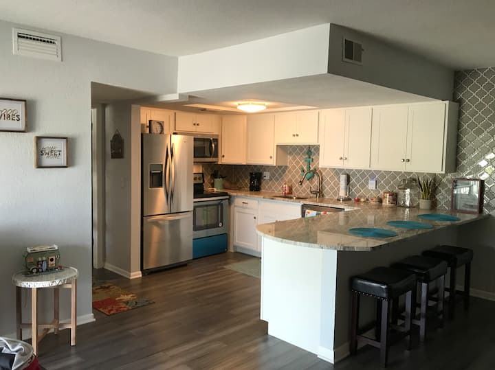 850sf Large Renovated Condo, 1 block to the beach
