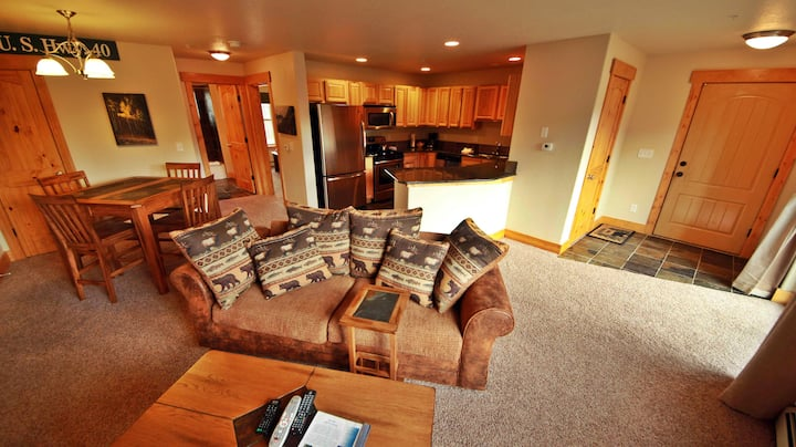 Convenient Mountain Condo w/Free WiFi, Mtn Views, Private Washer/Dryer, & Cable
