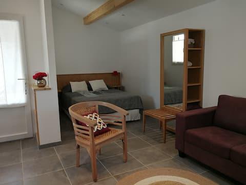 Maisonnette rénovée et climatisée proche centre.