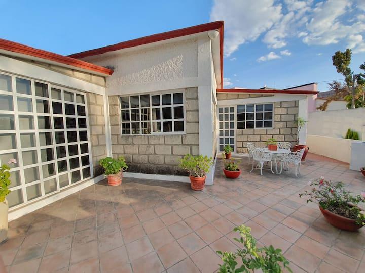 Casa con terraza jardín y estacionamiento privado