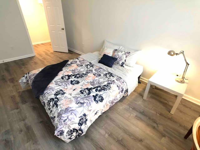 ModernChic Two Bedroom Condo 20 min to Downtown