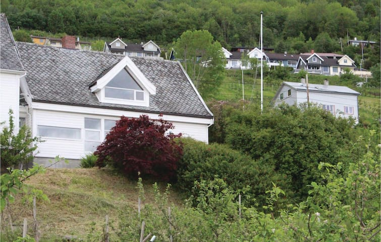 Holiday cottage with 3 bedrooms on 140 m² in Leikanger