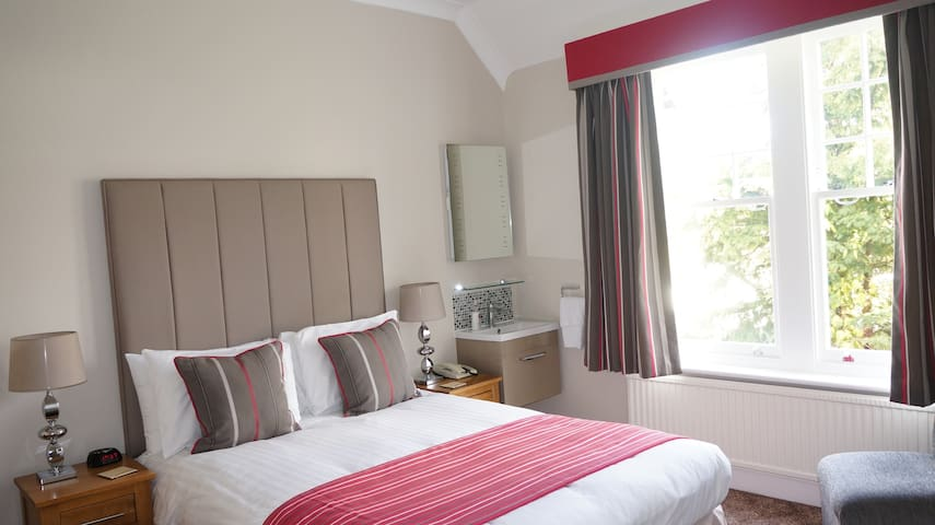 High end B&B close to airport and train station - Horley - Guesthouse
