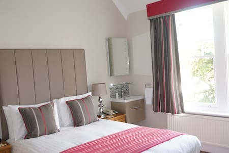 High end B&B close to airport and train station - Horley - Гостевой дом