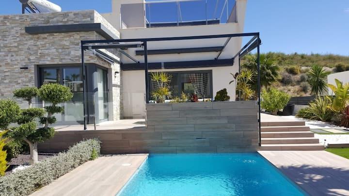 В аренду роскошная вилла класса люкс в стиле «Хай Тек» в комплексе Finestrat Hills (Benidorm) с собственным бассейном, зеленой территорией и паркингом!