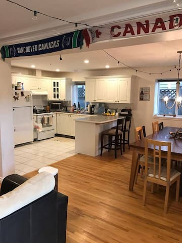 Cozy/Large Suite in Kitsilano, Close To Downtown
