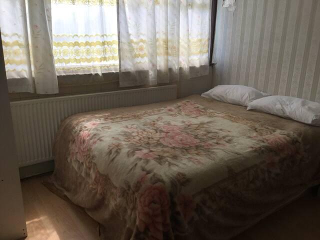 Double bedroom in  Luxury - Edgware - House