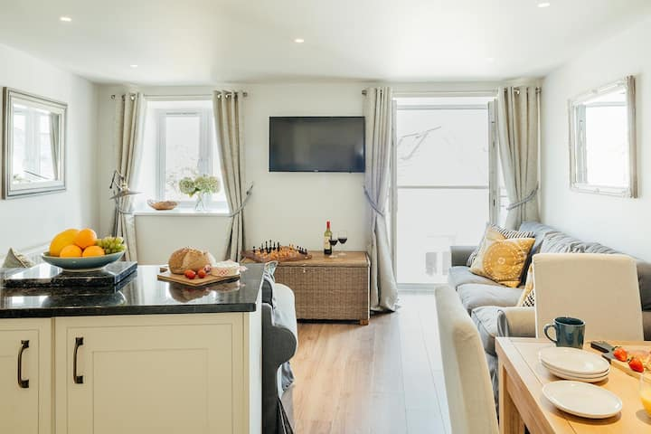2 BR Modern Central Apartment with Sea Views