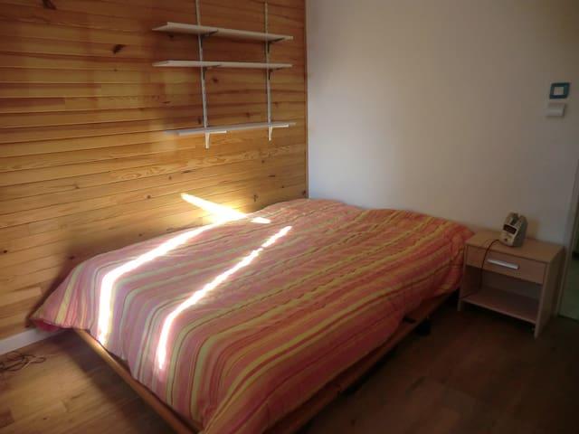 Chambre dans maison bois / Room in an wooden house