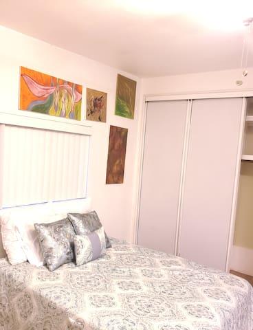 Art Deco studio Sep/Entr /Prvt Bedroom/ Bathroom