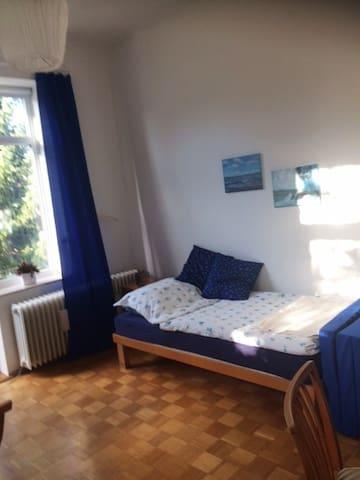 Zimmer in guter, ruhiger Wohngegend, Balkon