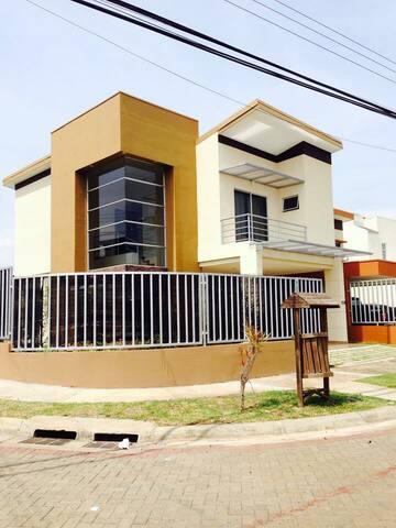 Casa confortable excelente atención - Alajuela - Bed & Breakfast