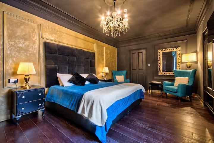 Julina Boutique living Black &Gold room