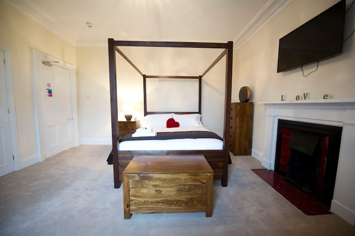 LUXURY KING ROOM WITH ENSUITE