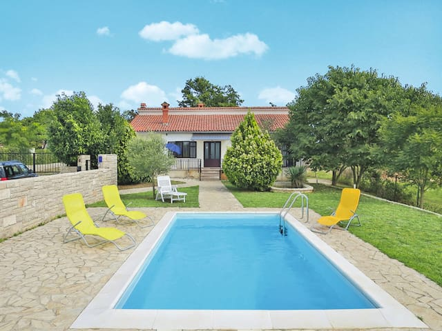 Lovely three bedroom holiday home with pool