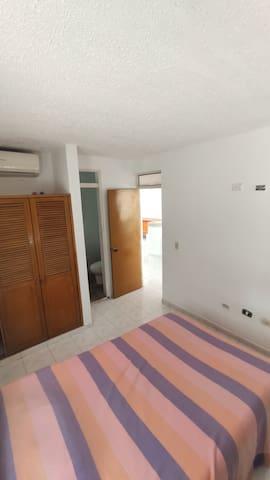 Habitación 1 con baño privado, aire acondicionado y closet