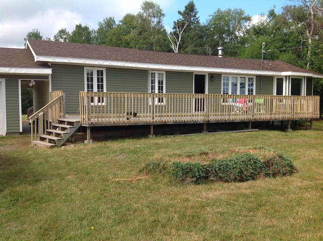 Ranch style bungalow with a pond on 4.5 acres. - Trenton - Bungalow