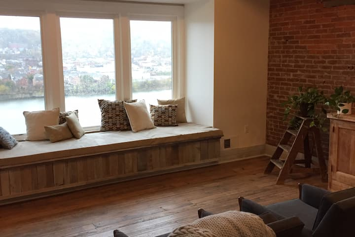 Guest Room and Art Studio - Heart of Pittsburgh