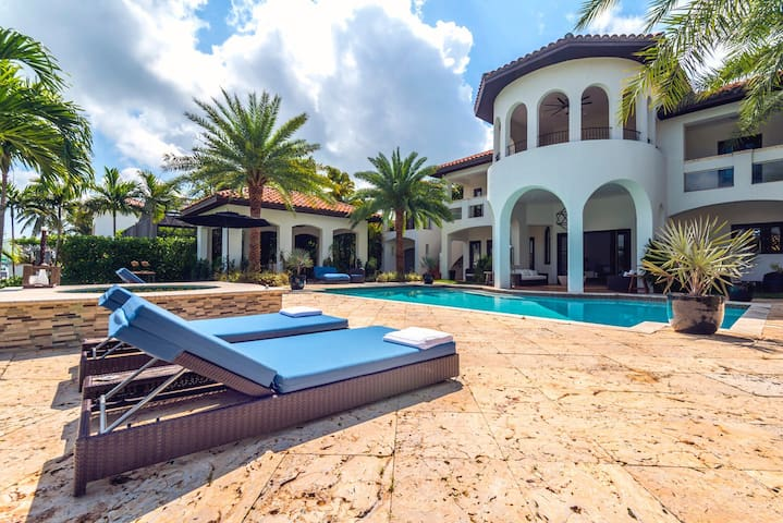One of a kind waterfront mansion - Miami - House