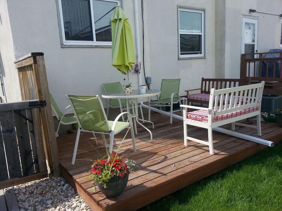 Private Yard & Deck