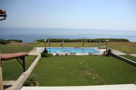 Cliff beach house with stunning view - Nea Poteidaia - Dům