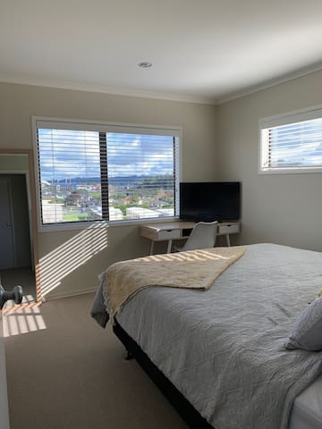 North Shore, private room with king sized bed