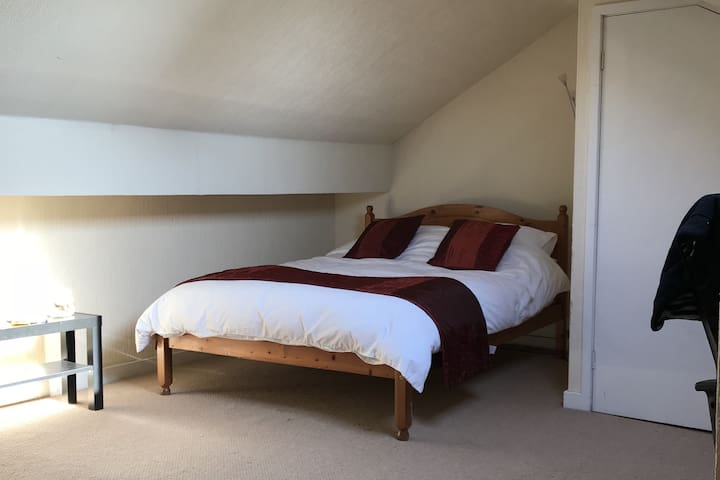 Spacious Attic Room & Ensuite. Near Rail Station.